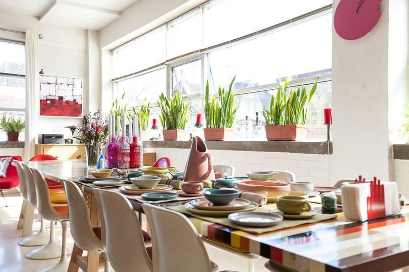sala de jantar com mesa posta