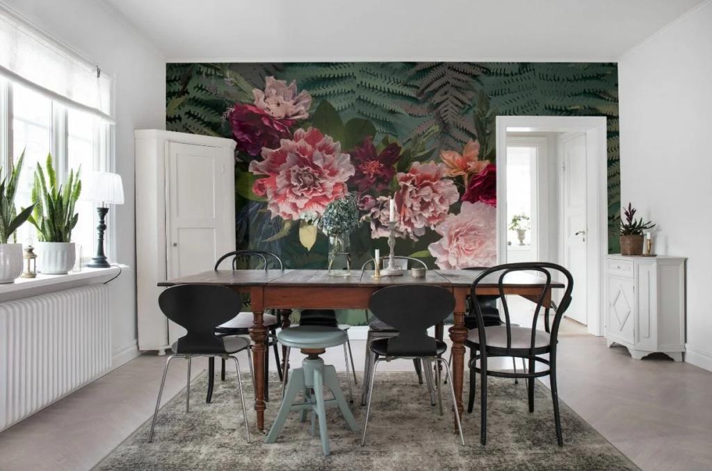Sala de jantar com papel de parede de flores e vegetação